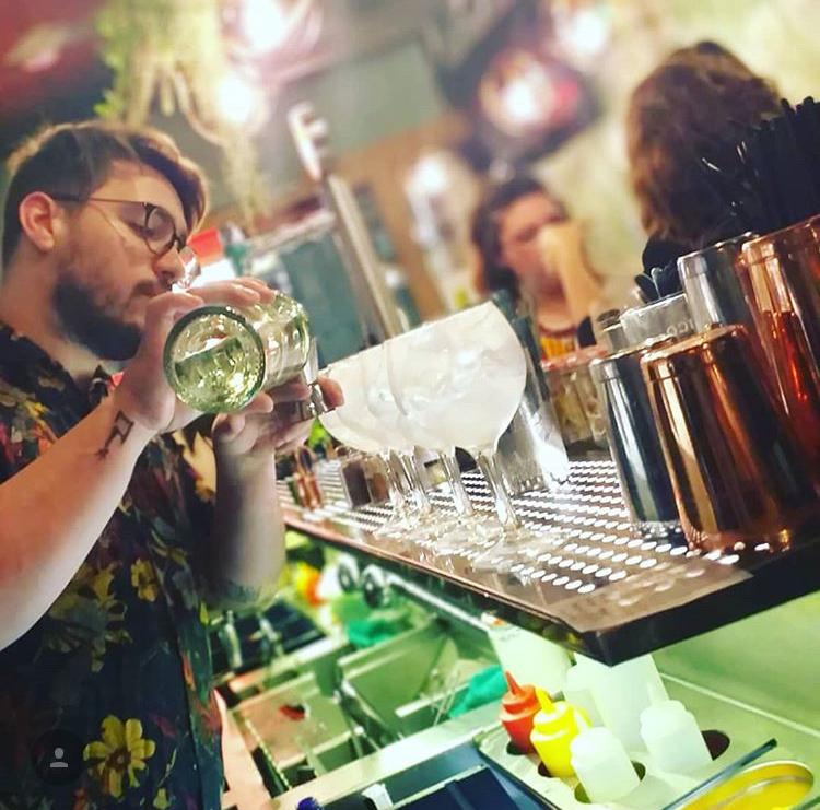 Barman haciendo Cocktail